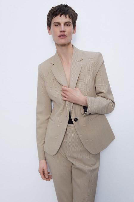 Blazer de cuello y solapa con manga larga y hombro marcado.