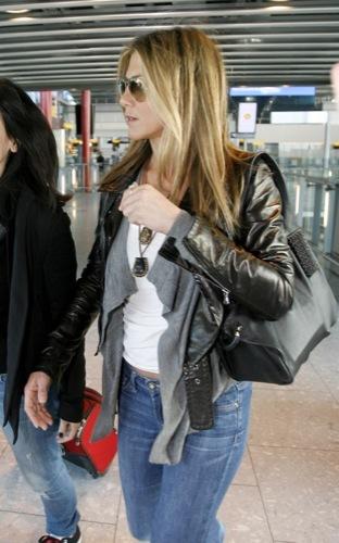 El look más cómodo para viajar estas Navidades, por Jennifer Aniston I
