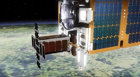 Con arpón y redes: el satélite RemoveDEBRIS ya está en órbita para practicar la caza de basura espacial