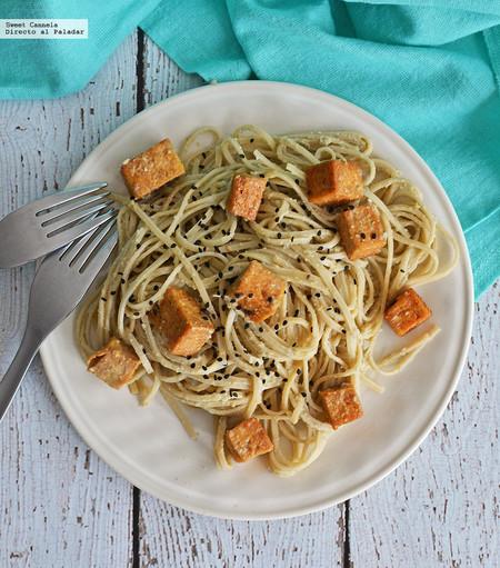 Pasta con matcha y tofu crujiente