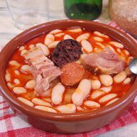 Fabada asturiana. Receta española fácil para entrar en calor