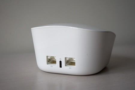 Router Eero por detrás, con dos puertos Gigabit Ethernet
