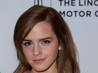 Emma Watson le enseña a Katie Holmes su perfecto look de graduación en rosa