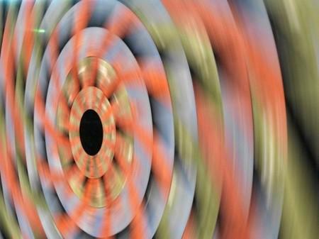 Soprendentes efectos ópticos y explosión de color jugando con la piedra y el movimiento