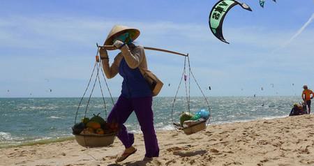 Playas y kite surf en un pueblo pesquero vietnamita. Mui Ne, Vietnam (I)