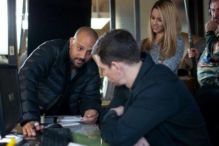 Allen Hughes da instrucciones a Mark Wahlberg durante el rodaje de La Trama