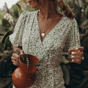 Las virtudes del vestido con escote de pico cruzado para que siente bien a todas