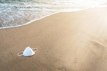 Las mascarillas y los guantes que estamos usando están llegando a los océanos: así hay que reciclarlas para evitarlo
