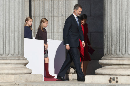 Doña Letizia apuesta por su color más favorecedor el día de la Constitución: un vestido rojo (repetido)