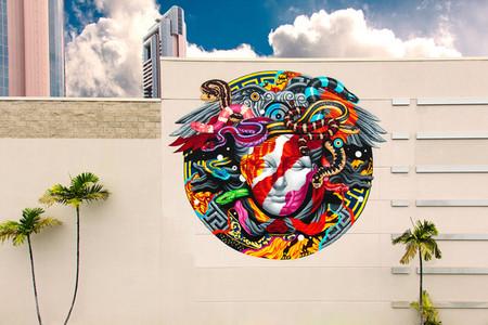 El graffitero Tristan Eaton, más conocido por su tag Pow! Tow!, recrea el logo de la medusa de Versace en un mural