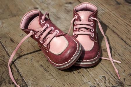 Los zapatos del bebé no deben sujetar el tobillo
