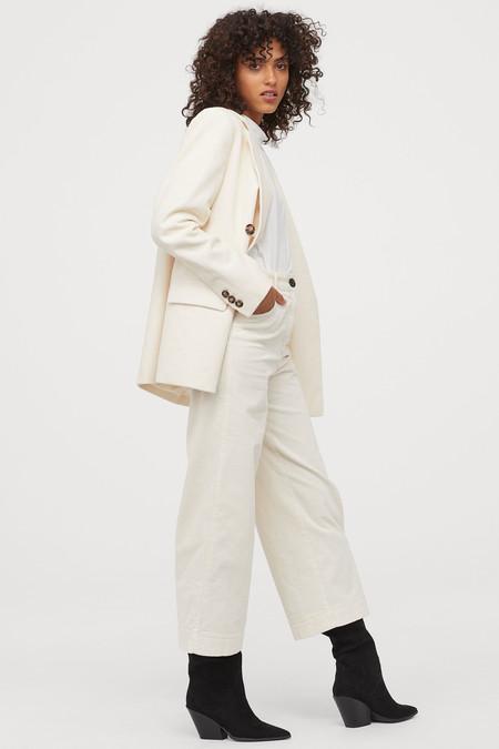 Pantalón tobillero amplio en pana de algodón de raya ancha.