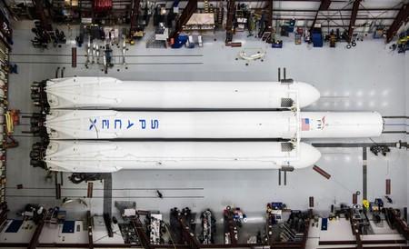 Elon Musk nos muestra cómo SpaceX alista al enorme Falcon Heavy para su primer lanzamiento en enero de 2018