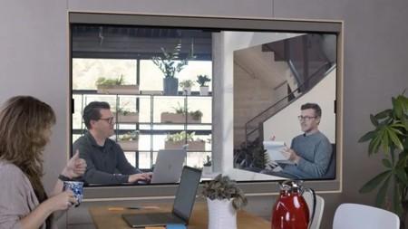 Esta pantalla gigante para videollamadas está diseñada para teletrabajar como si tuviéramos un compañero a nuestro lado