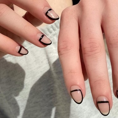 Las uñas enmarcadas son el uso más bonito del espacio negativo que hemos visto en manicuras