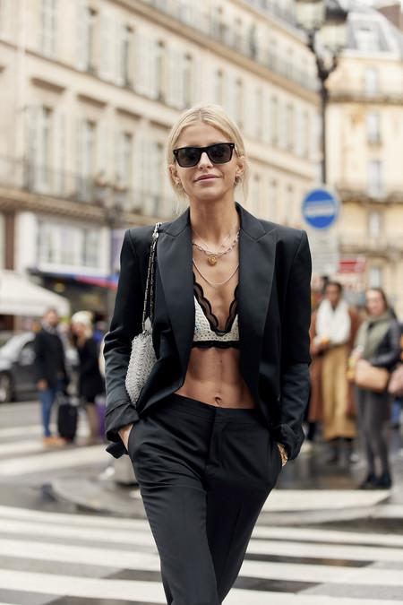 El street style lo tiene claro: este verano el traje-pantalón se combina con sujetador (a secas)