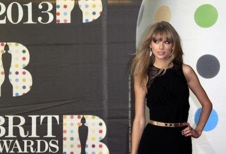 Alfombra roja de los BRIT Awards 2013: mucho negro aunque hubo quien dio la nota (de color)