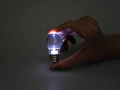 Lámpara LED que se asemeja a una bombilla convencional
