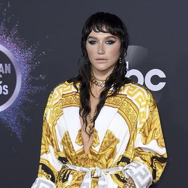 El estampado más mítico de Versace pisa la alfombra roja de los Premios AMA's 2019 con Kesha