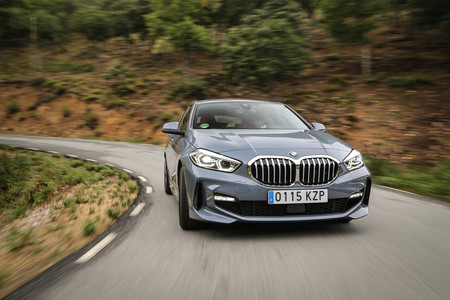 BMW Serie 1 2020 frontal en carretera