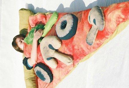 Duerme en una porción de pizza, ¡donde quieras!