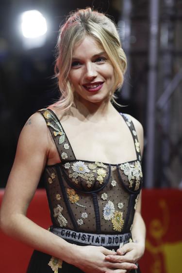 La Berlinale se rinde ante una Sienna Miller espectacular como hacía tiempo que no  veíamos