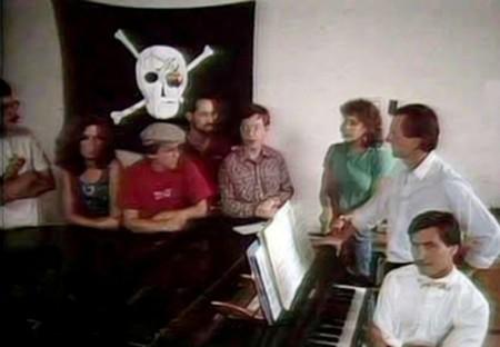 Equipo Macintosh ante la bandera pirata