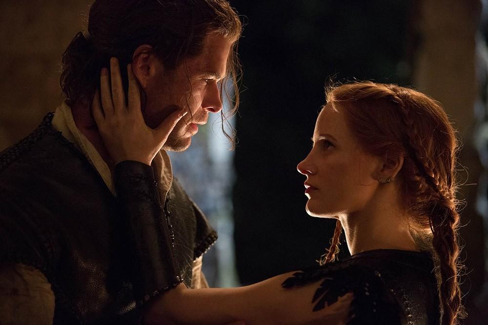 Chris Hemsworth Jessica Chastain Las Cronicas De Blancanieves El Cazador Y La Reina Del Hielo