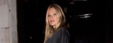 Kate Moss apuesta por el maxi vestido de satén negro, convirtiendo esta prenda en uno de los fondos de armario del invierno