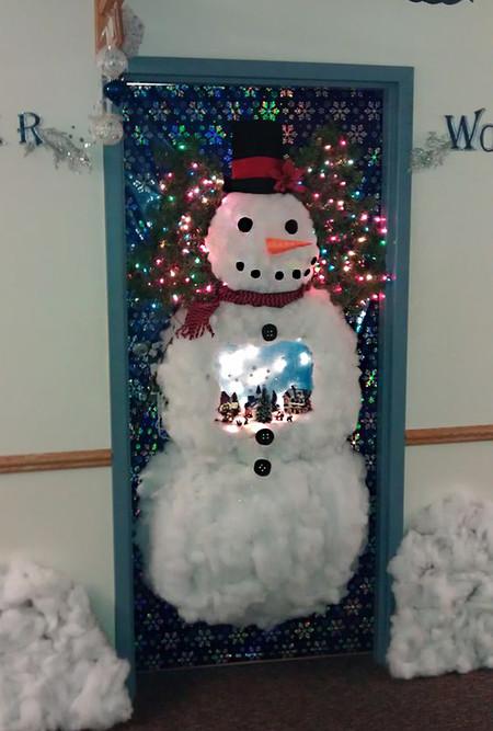 17 ideas para decorar la puerta de tu casa esta navidad for Puertas decorativas para interiores