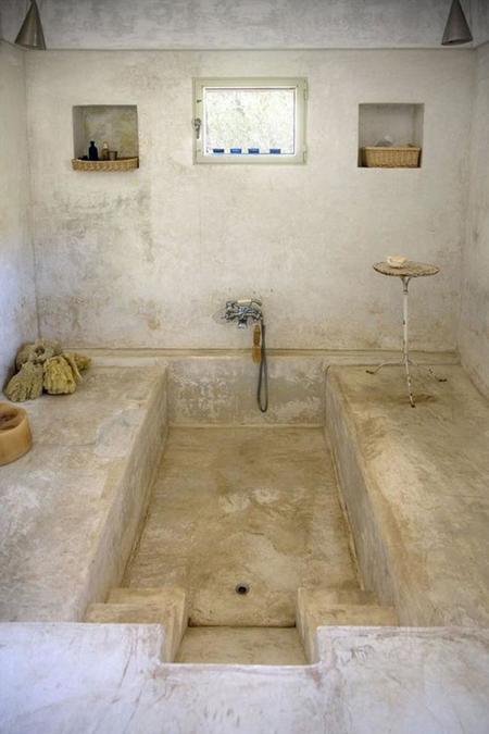 Baños De Microcemento Pulido: de microcemento pulido , paredes encaladas, fachada de piedra, con una