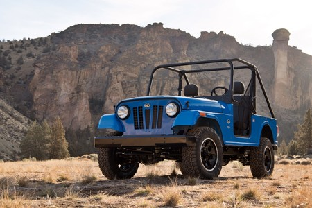 No te engañan tus ojos: este coche no es un Jeep CJ-7, es el nuevo Mahindra Roxor fusilando su diseño
