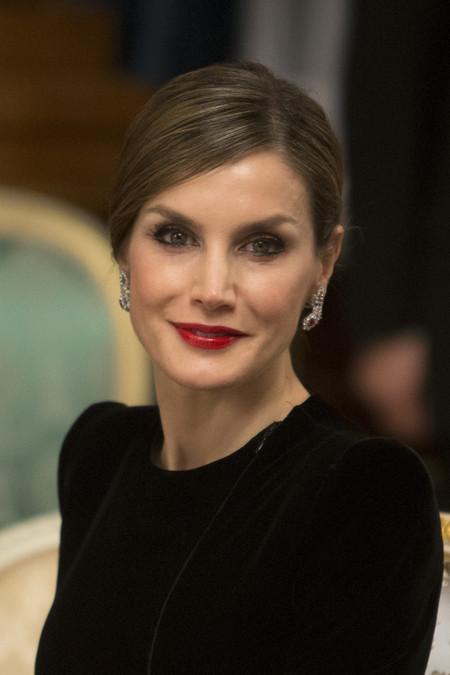 Doña Letizia rinde homenaje a Japón con su vestido de Armani