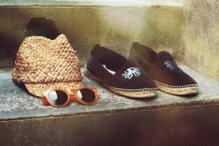 Los hipsters de ciudad visten sus pies con alpargatas