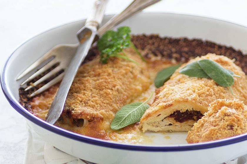 Pechuga de pollo rellena con mozzarella y tomates secos. Receta para cena ligera