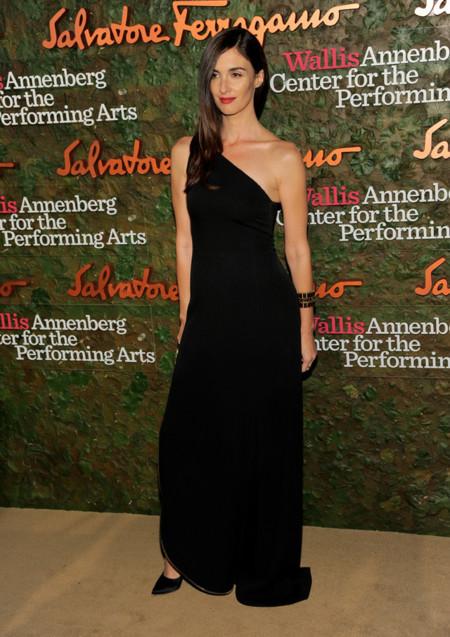 Paz Vega con un vestido negro y cremallera en el bajo en la Gala inaugural del Centro de Artes escénicas Willis Anneberg