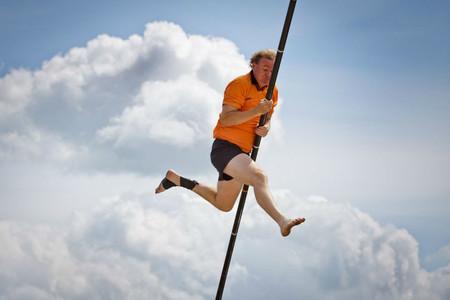Fierljeppen, el maravilloso deporte holandés que consiste en saltar ríos con varas de 15 metros