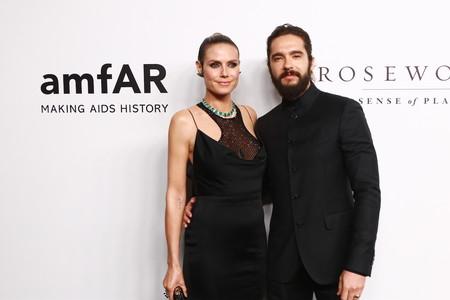 Heidi Klum tropieza de lleno con este Versace en la gala AmfAR de Hong Kong