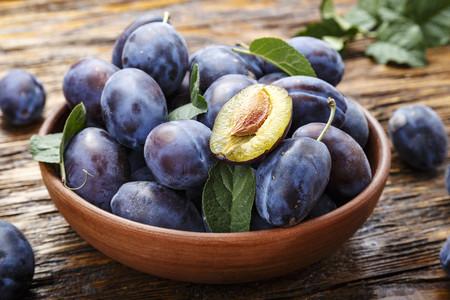 La ciruela, una jugosa fruta de temporada para despedirse del verano (y seis recetas para hacerlo por todo lo alto)