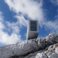 ¿Te atreverías a dormir en este refugio de montaña colgado sobre los Alpes?