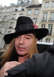John Galliano no levanta cabeza