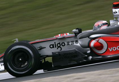 Alonso manda y los Ferrari se 'atascan' en Hungría