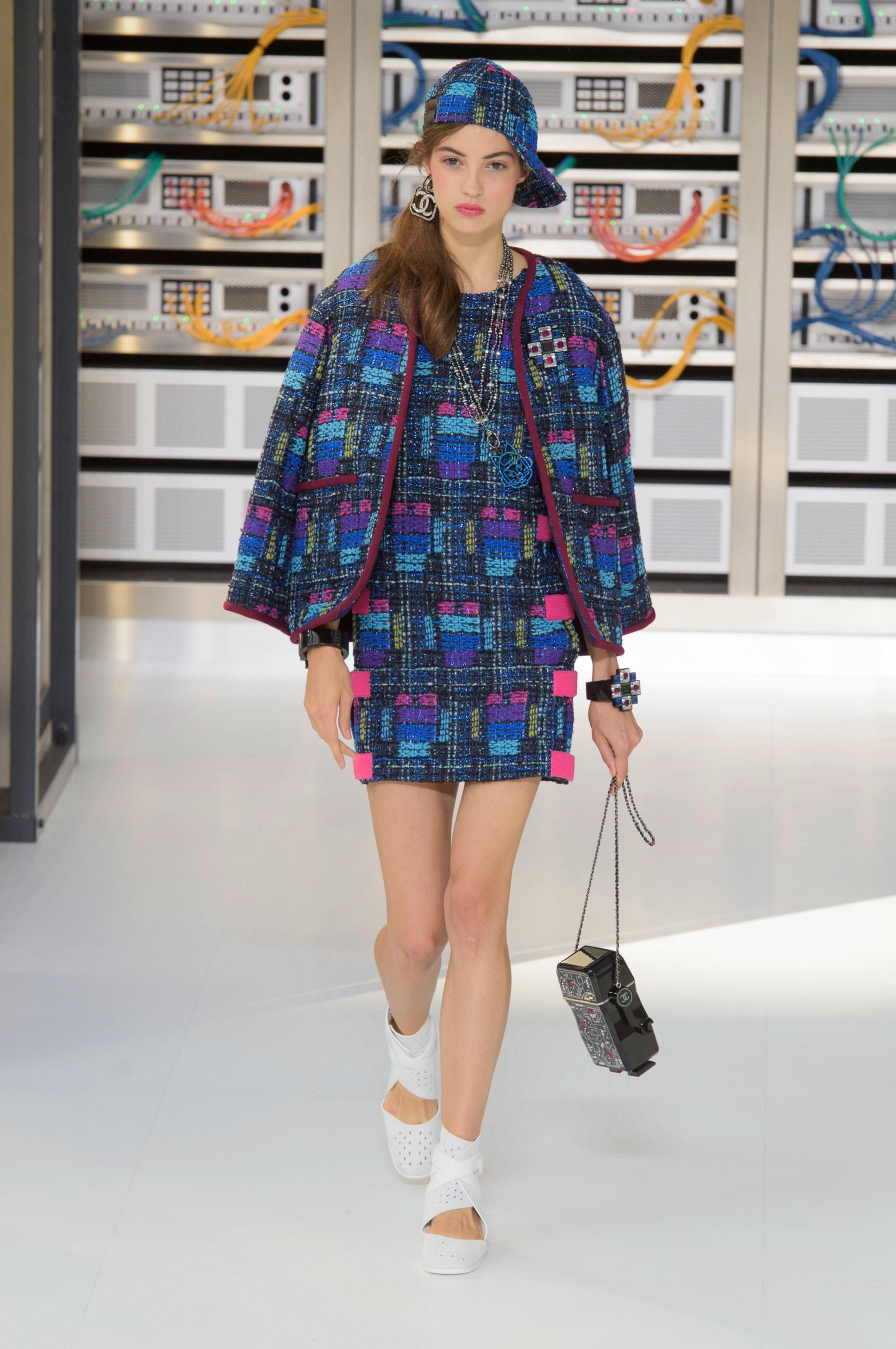 Foto de El regreso al futuro de Chanel en su colección Primavera-Verano 2017 (17/96)