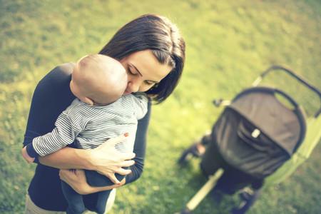 Mama Abrazando Bebe