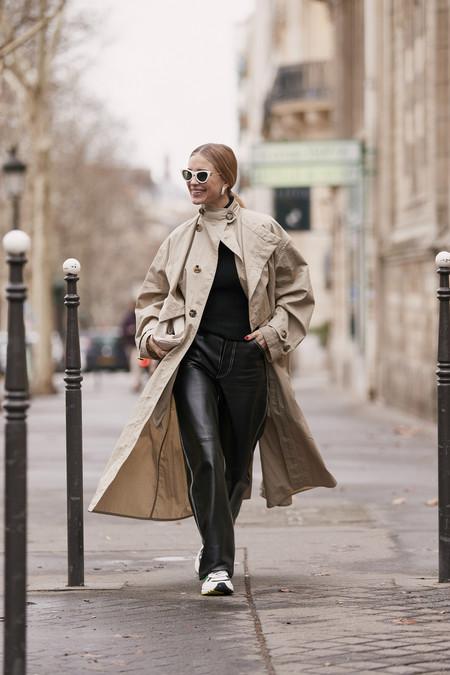 Los pantalones efecto cuero se adueñan de la calle: los nueve modelos más apetecibles de la temporada