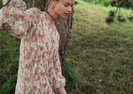Siete vestidos midi de Mango que podremos seguir usando en otoño con una chaqueta vaquera por encima