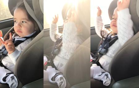 El adorable vídeo de una niña esperando el momento para bailar su parte favorita de la canción