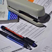 Las facturas impagadas siguen llenando los cajones de las comunidades; ninguna administración cumple los periodos legales de pago