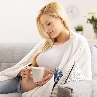 Infusiones durante el embarazo: cuáles debes evitar y cuáles puedes consumir con moderación