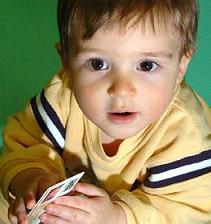 Un bebé de 11 meses con una licencia de armas